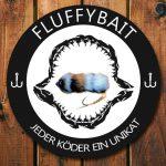 Fluffybait Logo mit Handgefertigter mehrgliedriger Kunstköder aus Fell im Haimaul